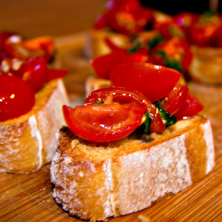 Bruschetta mit Tomaten und Basilikum