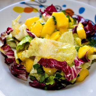 Salat aus marinierter Mango mit Basilikum
