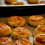 Ofenfrische Pizzaschnecken mit Schinken - schnell gemacht