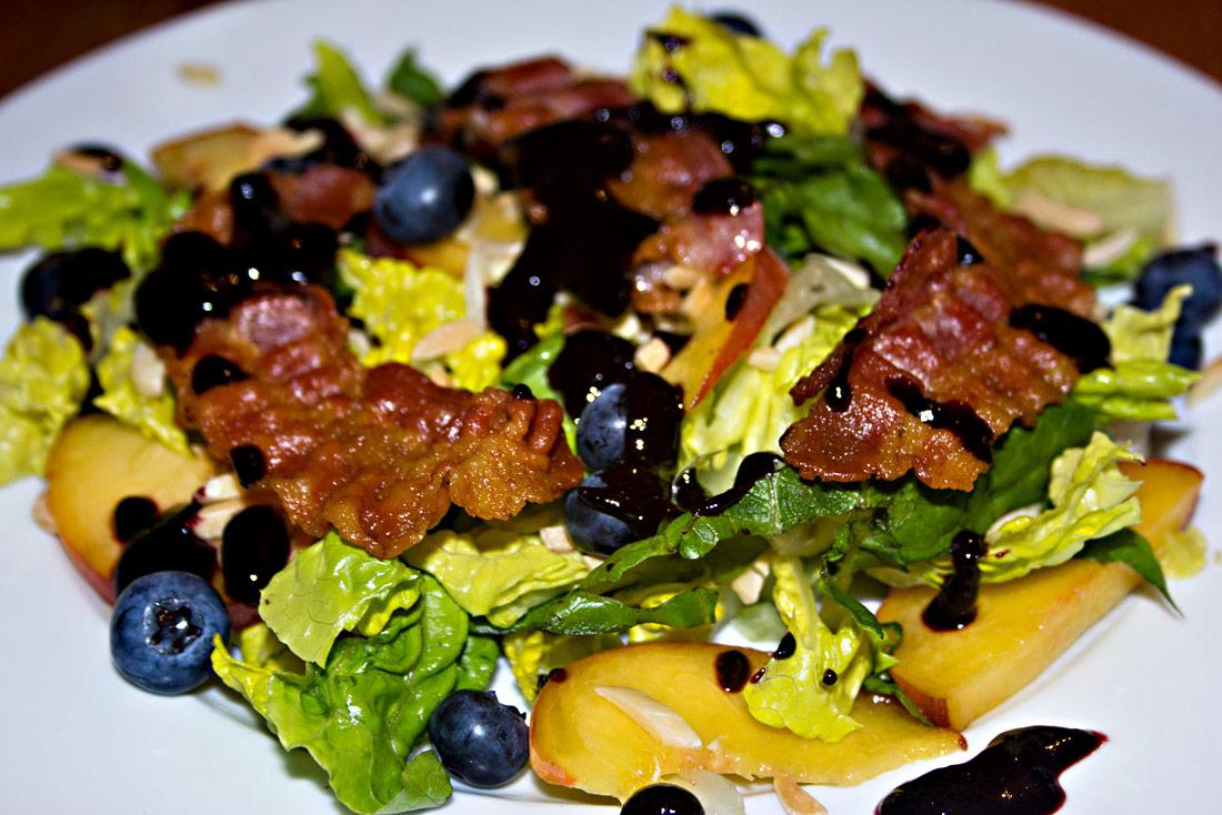 Salat mit Pfirsich, Heidelbeeren und Bacon