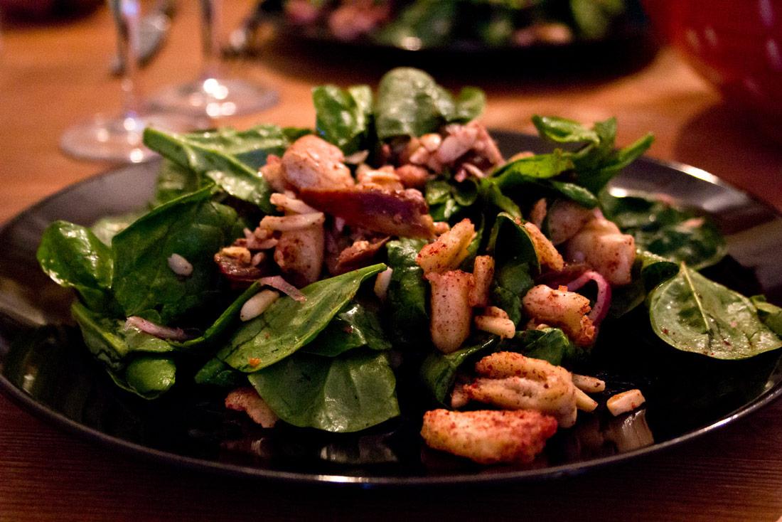 Orientalischer Spinatsalat mit Datteln und Mandeln