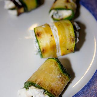 Gefüllte Zucchiniröllchen mit Robiola und Basilikum
