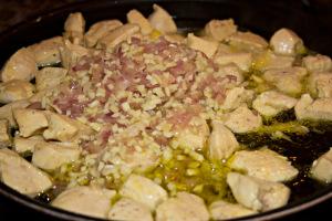 Hühnchenfleisch mit Zwiebeln und Knoblauch