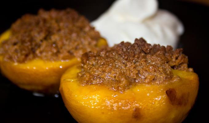 Überbackene Pfirsiche mit Amaretti