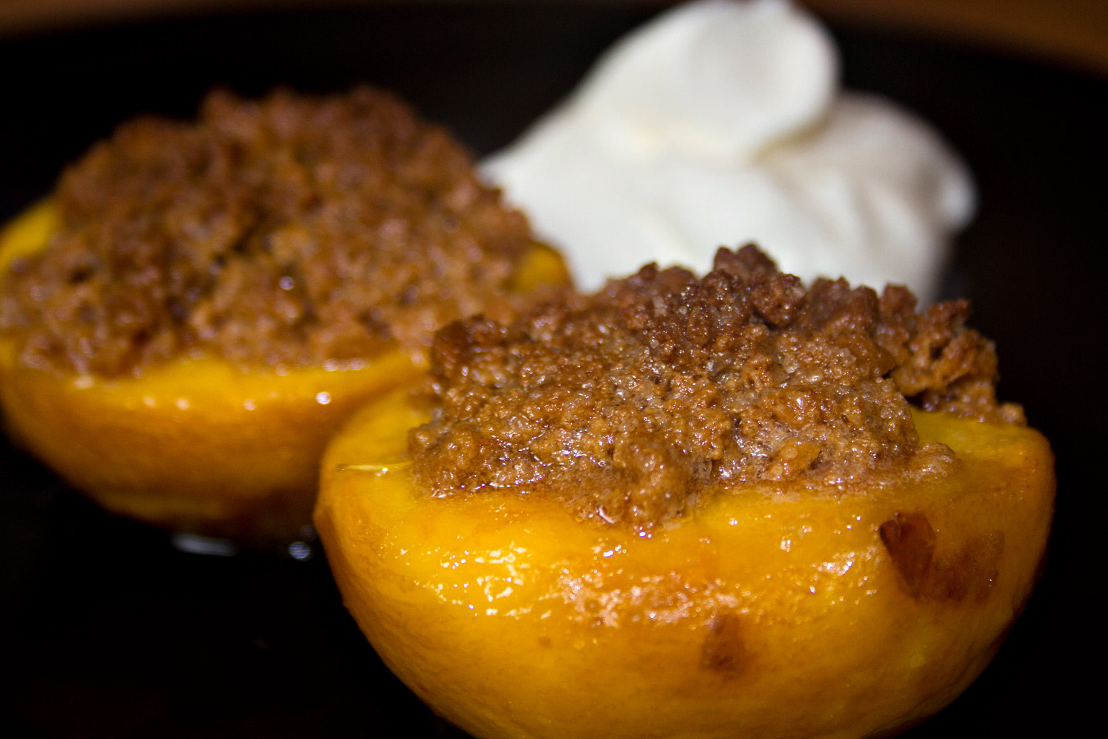 Überbackene Pfirsiche und ein Hauch Sahne