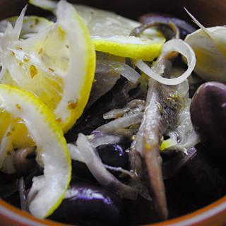 Tapas - marinierte Oliven und Sardellen (Aceitunas marinadas y boquerónes)