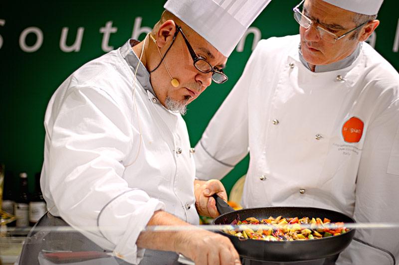 Zwei Köche bereiten frische Pasta während der Kochshow auf der Anuga 2015 zu