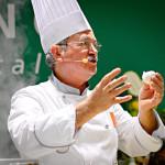 Der Moderator der italienischen Kochshow zeigt die Burratina-Kugel