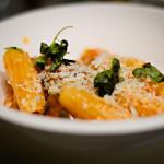 Ein Teller mit frisch gekochten Maccheroni mit Auberginen