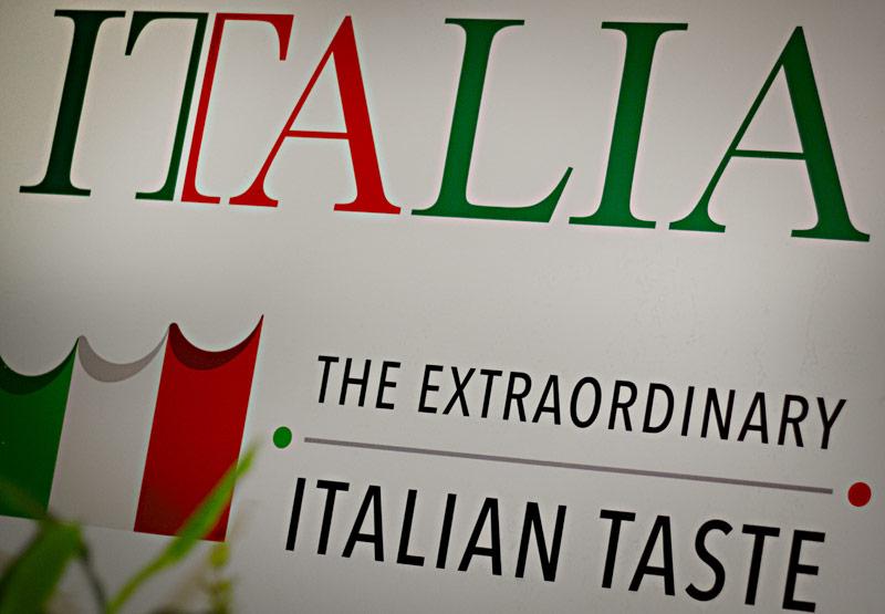 Auf dem Schild der italienischen Stände ist zu lesen: Italia - The Extraordinary Italian Taste