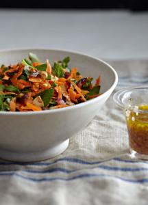Eine Schüssel mit frischem Karottensalat mit Minze und Datteln. Foto von Sang An.