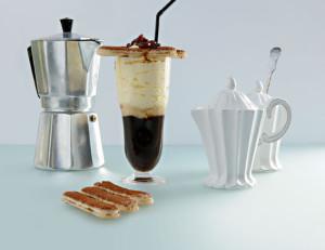 """Ein kühles Glas Eiskaffee """"Bella Italia"""", das Bernie Rieder mit einem Tiramisuschaum und Grappa-Rosinen serviert."""