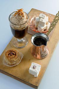 Eine Platte mit einem Glas Türkischem Eiskaffee wie ihn Bernie Rieder zubereitet. Begleitet wird er von Baklava und zwei Arten Turkish Delight.