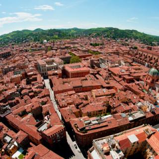 Eine Panoramaaufnahme der roten Häuser von Bologna aus der Vogelperspektive.