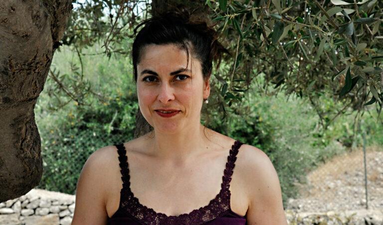 Ein Portraitfoto von Cettina Vicenzino in einem Olivenhain.