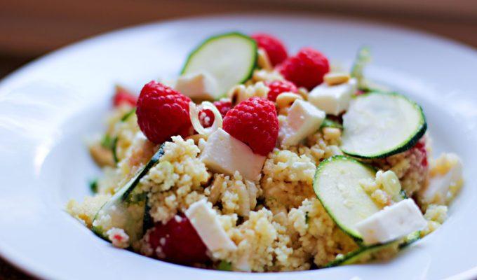 Couscous-Salat mit Himbeeren und Feta