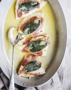 Kleine Wolfsbarschfilets, gespickt mit Parmaschinken und Salbei, frisch serviert. (Foto: Helen Cathcart / Dorling Kindersley Verlag)