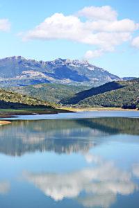 Der Alento-Stausee: Unten die Weite des Wassers, über der die Berge des Apennin thronen, darüber der azurrblaue Himmel.