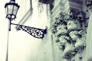 Barocke Engelsfiguren über einem alten Lecceser Gebäude