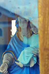 Marienstatue mit Jesuskind auf dem Arm. Aufgestellt in einer Glasvitrine in Agropoli.