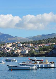 Blick vom Hafen auf Palinuro: Boote treiben in der Bucht des kleinen Städtchens