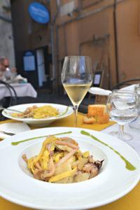 Ein Pastateller mit Fettucine mit Steinpilzen und Tintenfisch, serviert in einer ligurischen Trattoria. (Foto: Cettina Vicenzino/ Christian Verlag)