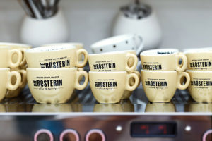 Cappuccino- und Espressotassen auf einer Espressomaschine (Foto: Dominique Hammer)
