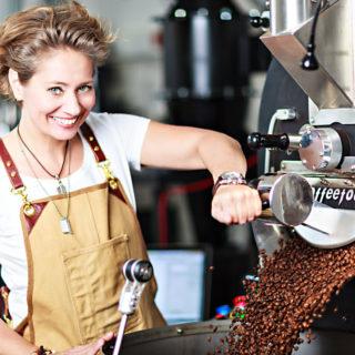 Master-Barista Johanna Wechselberger bedient die Röstmaschine (Foto von Dominique Hammer)