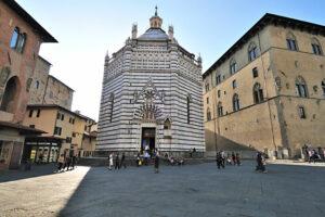 Das Baptisterium in Pistoia auf einem großen Platz.