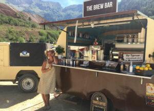 Johanna Wechselberger vor einem alten Wohnwagen, den sie als mobile Kaffeebar umgerüstet hat.
