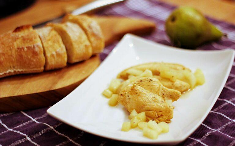 Ein Teller mit Hähnchenfleisch und geschmorten Birnenstücken in einer Marsalasauce