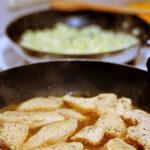 In einer Pfanne schmort Hühnerfleisch, das mit Marsala abgelöscht wurde.