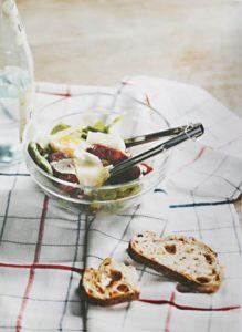 Eine kleine Glasschüssel mit einem Salat von Babyspinat, Chorizo und Manchego (Foto: Kim Lightbody)
