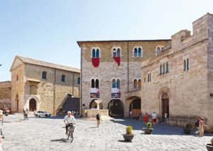 Der Piazza Silvestri in Bevagna in der Mittagssonne. (Foto: Felix Partenzi)