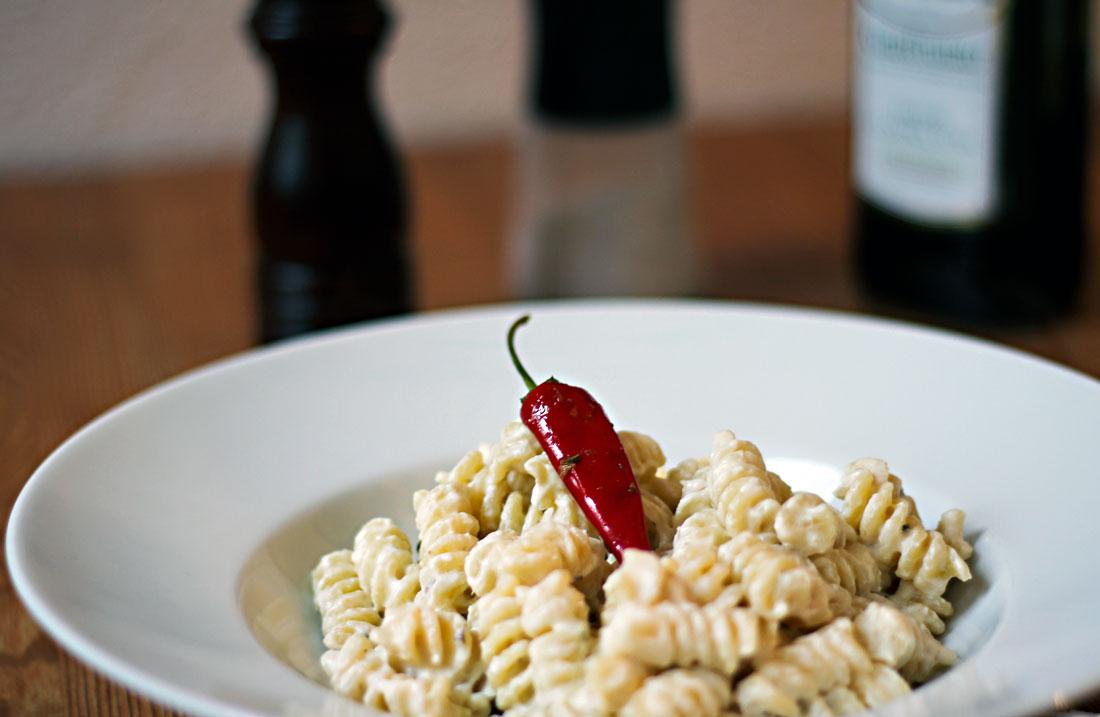 Ein Pasta-Teller mit einer Portion Fusilli mit Ricotta, Sardellen und Peperoncino