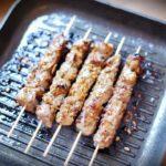 Fünf maurische Fleischspieße, die in einer Grillpfanne angebraten werden.