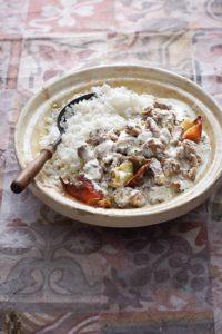 Eine Teller mit Reis und Lammfleisch in Joghurtsauce.