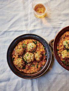 Tapasschalen mit fünf Tintenfischbällchen in einer Safran-Mandel-Sauce