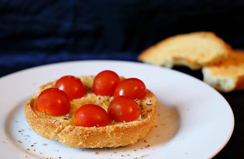 Eine Frise belegt mit Tomaten und Oregano