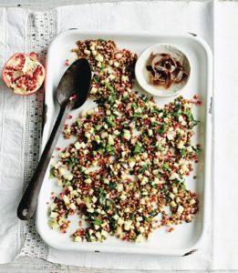 Eine Platte mit einem fruchtigen Linsensalat mit Sardellen, Granatapfel und Apfelstückchen (Foto: Chris Middleton/Ino Kuvačić)