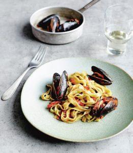 Ein Teller mit Fettucine und Miesmuscheln in dalmatischischer Tomatensauce