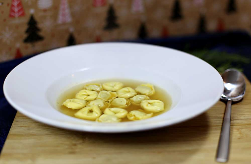 Ein Teller mit Tortellini in Rindfleischbrühe