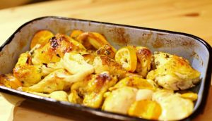 Eine ofenfeste Form gefüllt mit Hähnchenfleisch an Mandarine und Fenchel