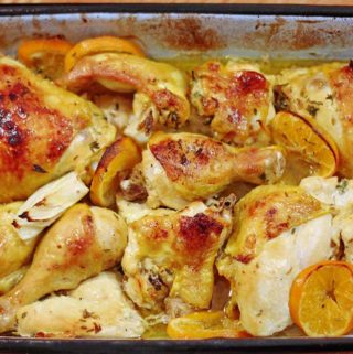 Eine Ofenform mit Hähnchenfleisch, Fenchel und Mandarine