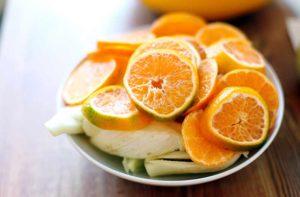 Eine Schale mit geschnittenen Mandarinen und Fenchel