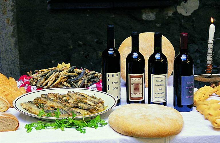 Ein Tisch gedeckt mit diversen italienischen Spezialitäten