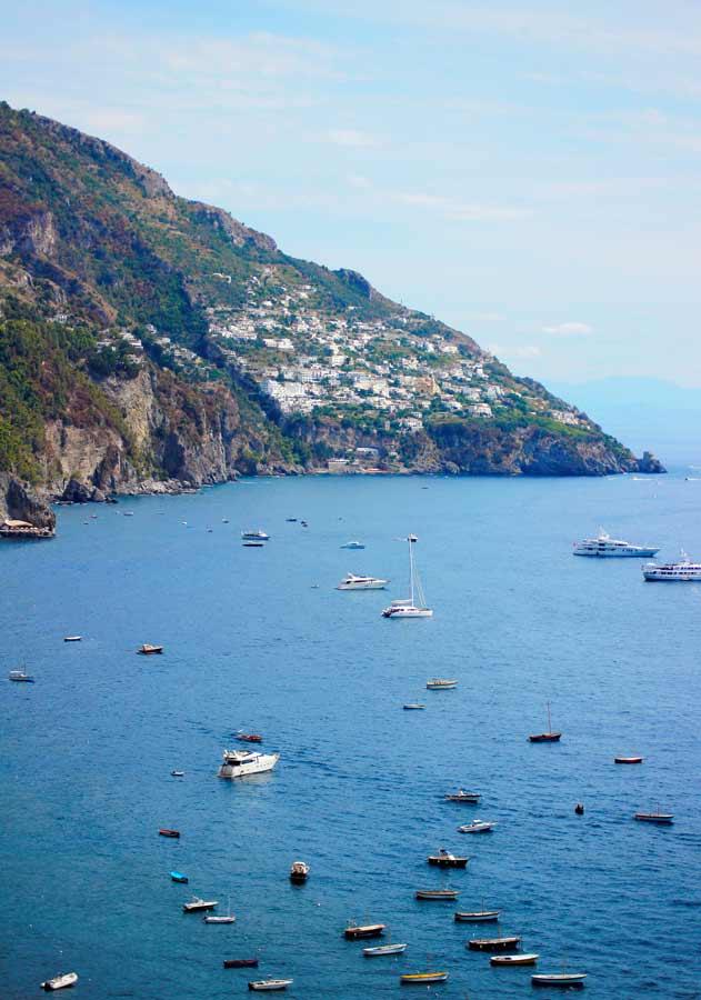 Kleine Boote und Yachten, die vor der Amalfiküste ankern.