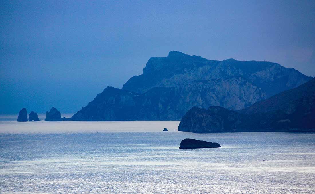 Felsen der Amalfiküste in der Dämmerung.