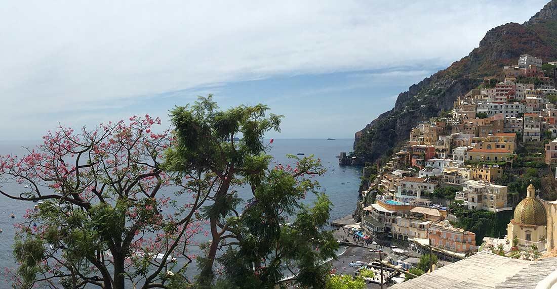 Das Bild zeigt den Ort Positano.