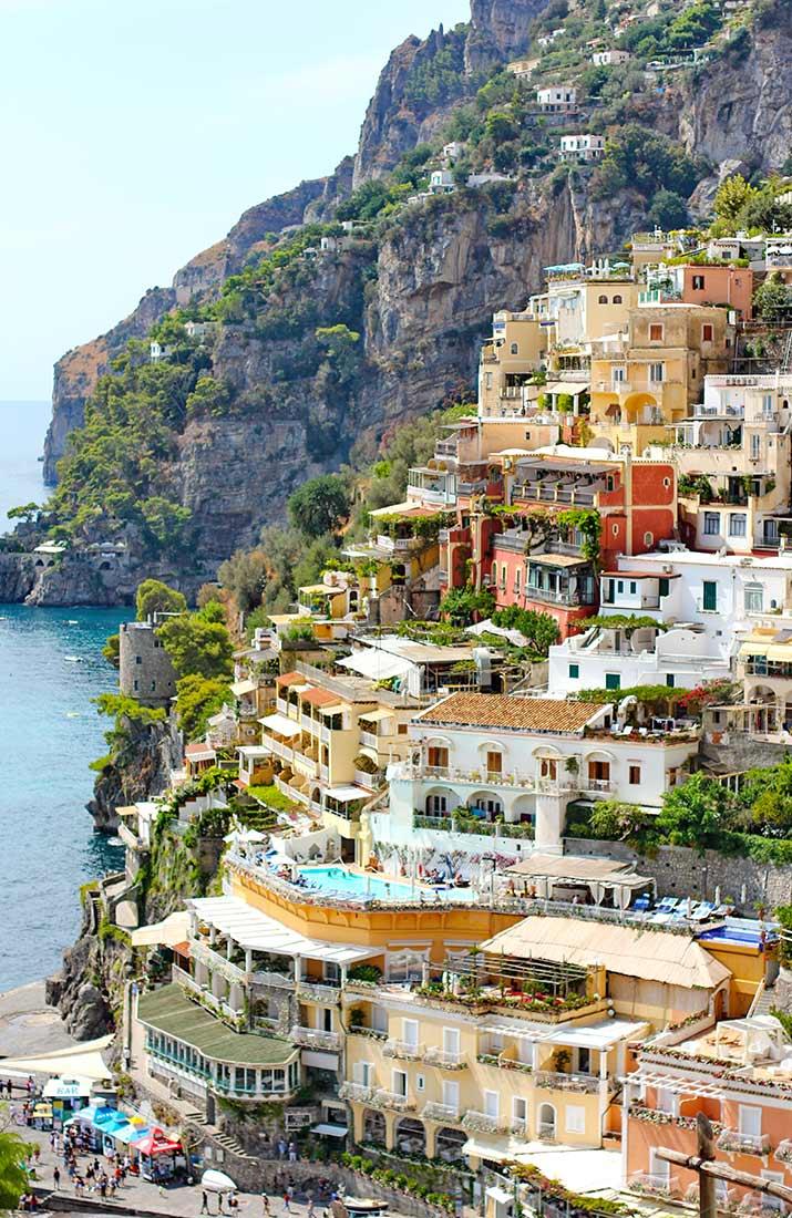 Die steil an den Berg gebauten Häuser in Positano.